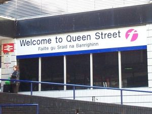 799px-WelcomeToQueenStreetFailteGuSraidNaBanrighinn_Glasgow